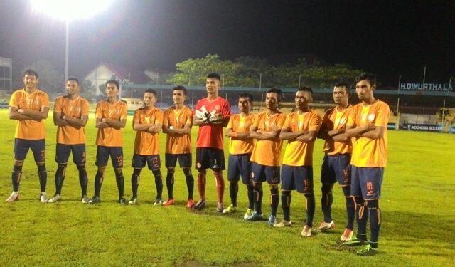 Para pemain Persiraja melakukan foto tim yang tak lazim seperti biasanya. | Foto: Asenk