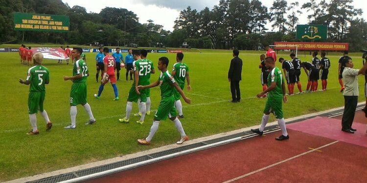 Kedua tim memasuki lapangan, Pidie Jaya berkostum hitam   Footo via twitter ISC