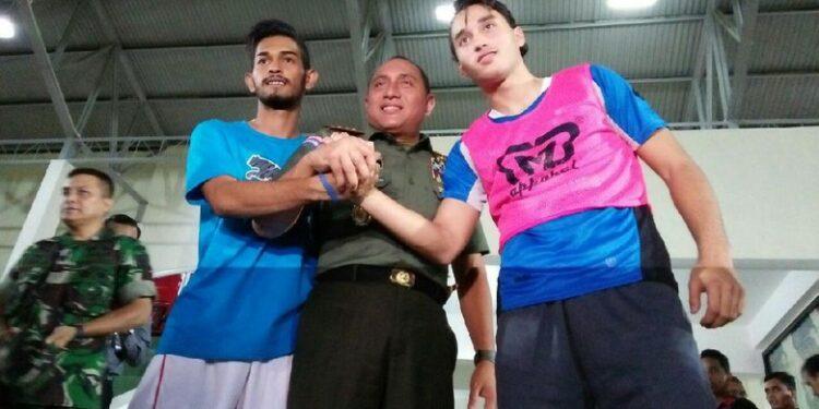 Ketua PSSI Edy Rahmayadi diapit Martunis dan Ezra Walian dari Belanda | Foto via detik.com