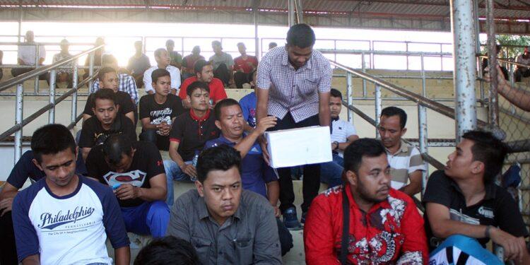Panitia mengutip sumbangan kepada penonton yang hadir pada laga amal untuk korban gempa Pidie Jaya, di Stadion H Dimurthala, Banda Aceh, Kamis (15/12/2016). Foto: ACEHFOOTBALL/Eko Deni Saputra