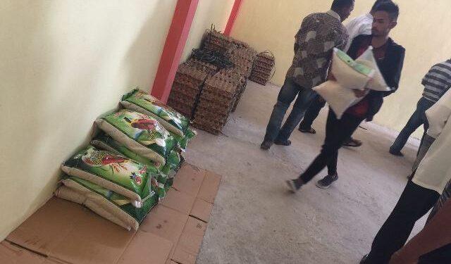 Martunis mengangkat bantuan ke gudang milik Pemkab Pidie Jaya | Foto Mirza Shafwandy