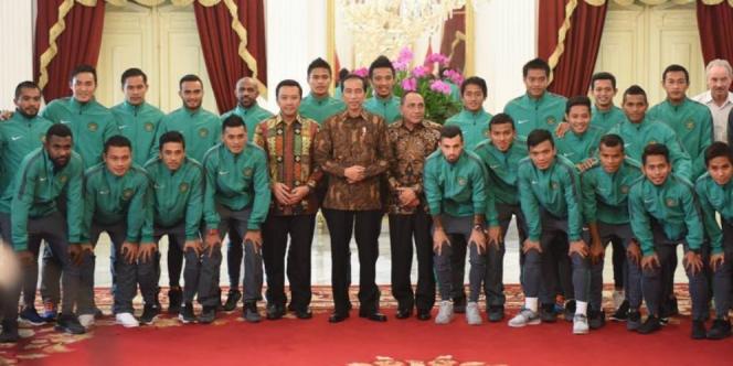 Timnas bersama Presiden Jokowi   Foto via dreams.co.id