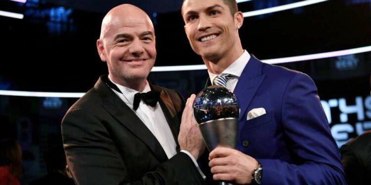 Pemain Real Madrid Cristiano Ronaldo dengan trophy Pemain Pria Terbaik FIFA 2016 berpose dengan Presiden FIFA Gianni Infantino. Fabrice COFFRINI / AFP