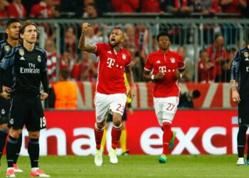 Bayer mengenakan jersey merah-putih dan Madrid memakai hitam