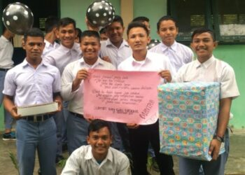 Faumi syahreza bersama para murid merayakan hari guru di MAN Indrapuri
