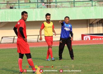 Jalwandi disamping pelatih Persis Solo Jefri Sastra : persis-solo.id