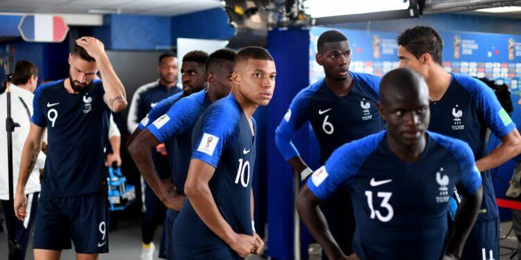 Sampai-sampai fotografer pun tak fokus pada Kante | Foto: FIFA