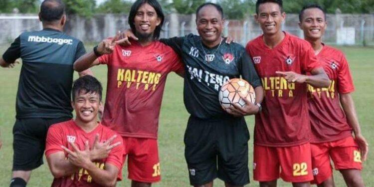 Kas Hartadi bersama pemain Kalteng Putra musim lalu   foto: bolalob