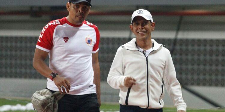 Eddy Syah (kanan) bersama salah seorang mantan pemain Persija Jakarta | Photo Dok