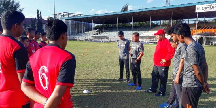 Coach Iwan saat bersama skuar Jong Aceh FA  Photo JFA
