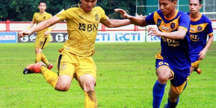 Pemain PSBL Langsa Arif Setiawan membayangi pemain Bhyangkara FC   Photo via Hendra Saputra