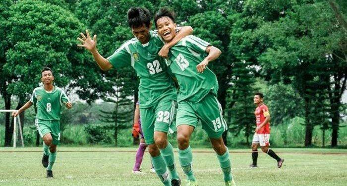 Akbar Firmansyah (kanan) dan Taufik Hidayat, dua pemain Persebaya Surabaya u-17   Photo: persebaya.id