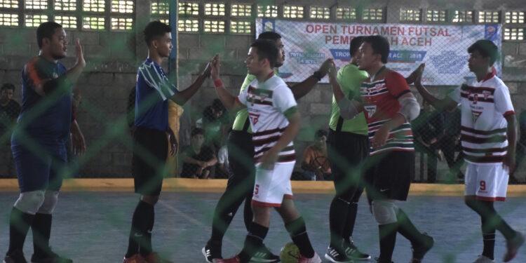 Pemain futsal dari kedua tim bersalaman | Photo Istimewa