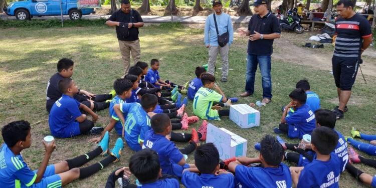 Pemain muda SSB Rampagoe tekun mendengar penjelasan perwakilan BNN Banda Aceh | Photo Istimewa