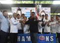 Sekretaris Dispora Aceh Drs. Hafidh, MM menyerahkan piala kepada manajer Teamphan | Photo panitia