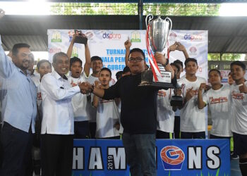 Secretary of Dispora Aceh Drs. Hafidh, MM handed the trophy to Teamphan's manager | Photo panitia