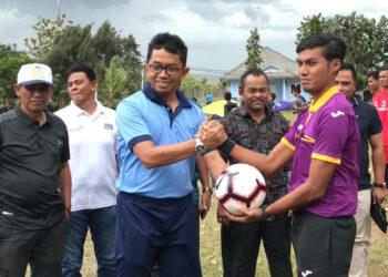 Danlanud SIM, Kol Pnb Hendro Arif menyerahkan bola kepada wasit | Photo Humas Panitia