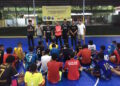 Pelatih kepala tim Satoe Atjeh Lhokseumawe, Subhan saat memberikan arahan kepada para pemain saat berlangsungnya seleksi terbuka tim futsal Satoe Atjeh Futsal Akademy Cabang Lhokseumawe | Foto panitia