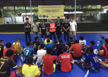Team head coach Satoe Atjeh Lhokseumawe, Subhan when giving directions to the players during the open selection of the futsal team Satoe Atjeh Futsal Akademy Lhokseumawe Branch | Committee photo