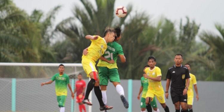 Pemain Aceh Reza Santika berduel dengan lawan l Foto: Humas PSSI