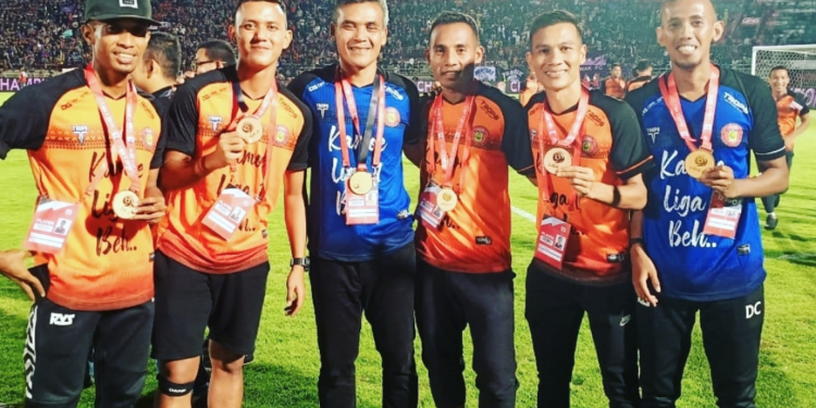 Hendri Susilo diapit para pemainnya | Foto: Instagram Ikhwani