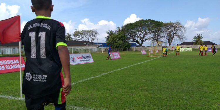 Pemain SSB Mentari Sulha mengambil sepakan pojok dalam sebuah pertandingan   Foto panitia