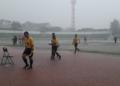 Wasit keluar dari lapangan usai babak pertama dalam cuaca buruk | Foto via persidi_official