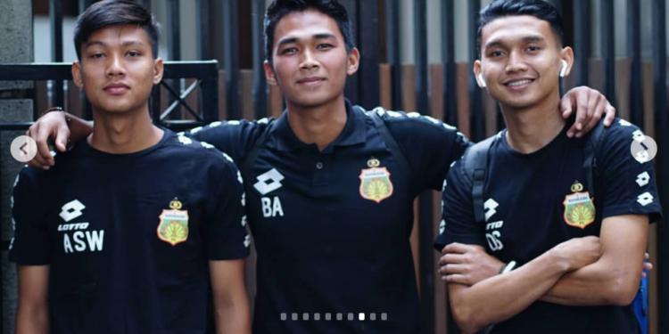 Arif Setiawan (kiri) bersama rekannya di Bhayangkara FC