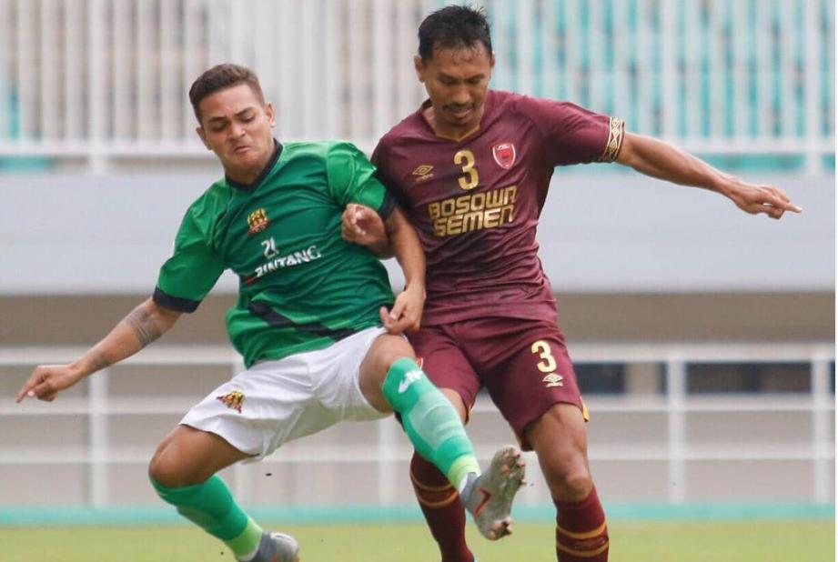 Pemain PSM Zulkifli Syukur berduel dengan pemain lawan   Foto IG PSM