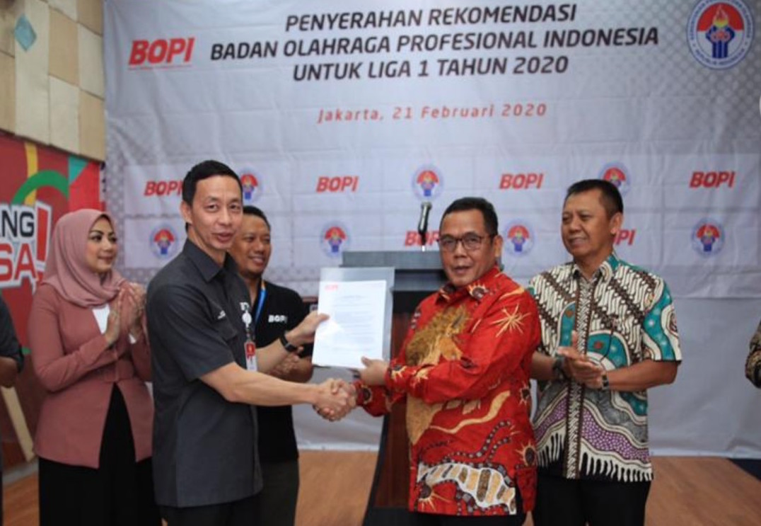 Ketua BOPI Richard Sam Bera menyerahkan surat rekom ke Direktu PT LIB Cucu Sumantri | Foto LIB