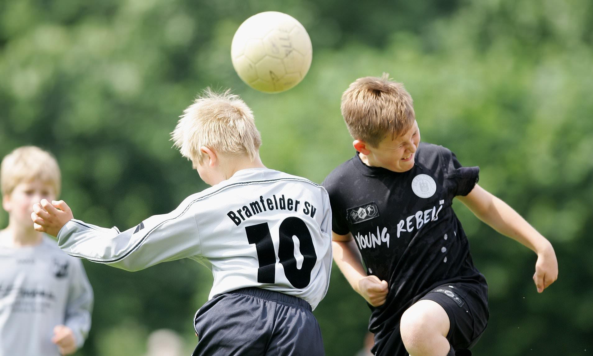 Ilustrasi pemain muda menyundul bola | foto internet