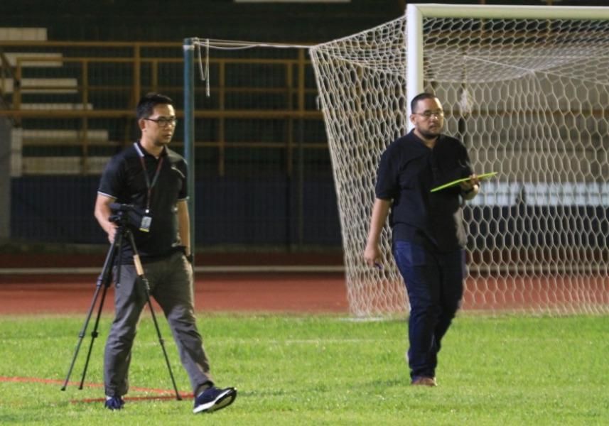 Supervisor PT LIB Somad sedang meninjau Stadion Harapan Bangsa   Foto Deni