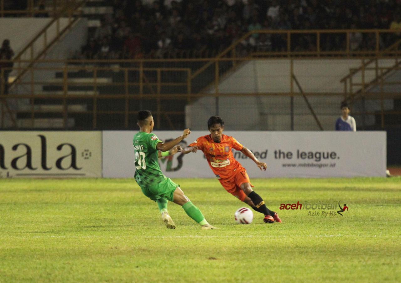 Agus Suhendra saat menggiring bola | Foto Azin Ry Hs