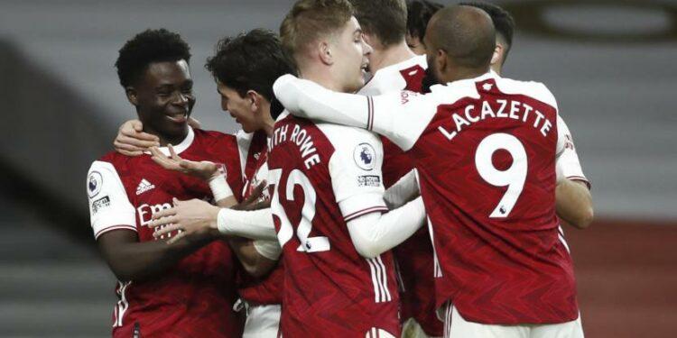 Pemain Arsenal merayakan gol Bukayo Saka (kiri) saat menghadapi Chelsea di laga Liga Primer Inggris di Stadion Emirates, London, Sabtu (26/12).