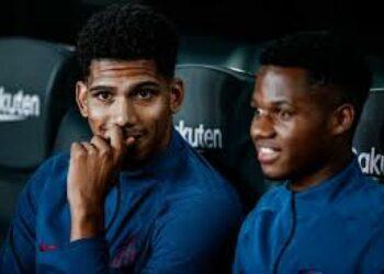 Pemain muda Barcelona Ronald Araujo (kiri) dan Ansu Fati.