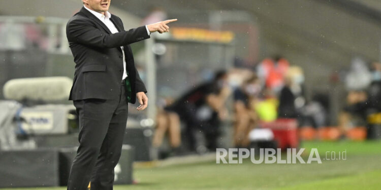 Pelatih kepala Manchester United Ole Gunnar Solskjaer bereaksi selama pertandingan semi final Liga Eropa UEFA antara Sevilla FC dan Manchester United di Cologne, Jerman, 16 Agustus 2020.