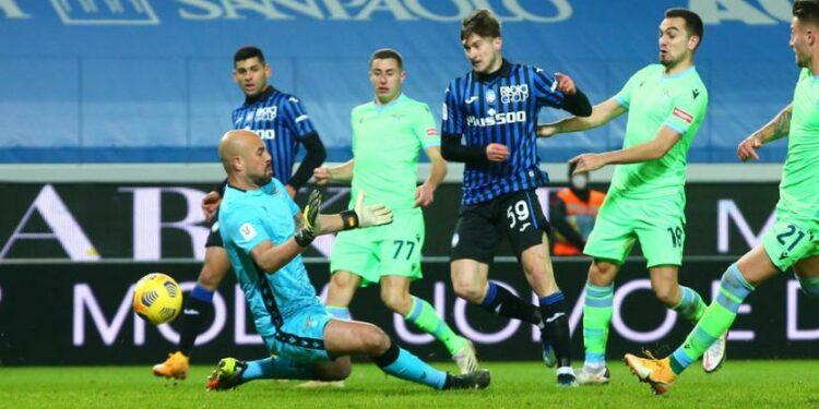 Pemain Atalanta Aleksey Miranchuk (tengah) mencetak gol ke gawang Lazio pada laga perempat final Coppa Italia di Stadion Gewiss, Bergamo, Kamis (28/1) dini hari WIB