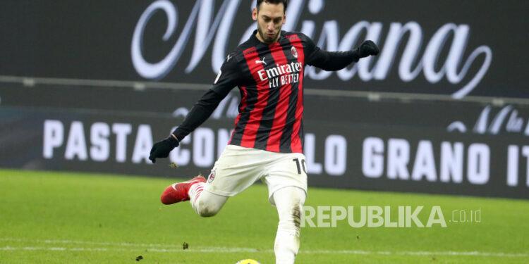 Gelandang AC Milan Hakan Calhanoglu.