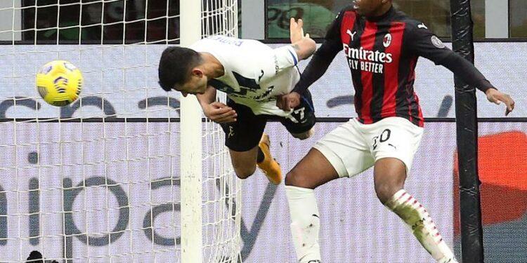 Cristian Romero mencetak gol pembuka Atalanta ke gawang AC Milan.