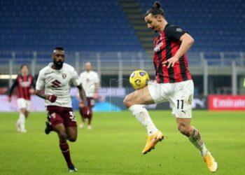 Striker AC Milan Zlatan Ibrahimovic (kanan) saat menghadapi Torino di Coppa Italia, Rabu (13/1).