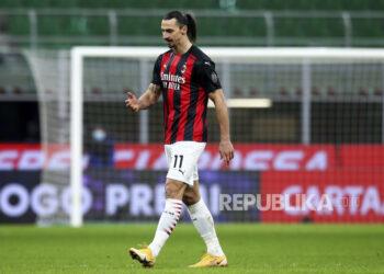 Pemain AC Milan Zlatan Ibrahimovic berjalan keluar lapangan usai mendapat kartu merah saat Piala Italia, pertandingan sepak bola perempat final antara Inter Milan dan AC Milan, di Stadion San Siro di Milan Italia, Selasa, 26 Januari 2021.