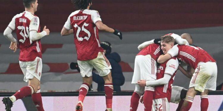 Para pemain Arsenal merayakan gol Emile Smith Rowe (kedua kanan) ke gawang Newcastle pada laga putaran ketiga Piala FA di Stadion Emirates, Ahad (11/1) dini hari WIB. Arsenal menang 2-0.