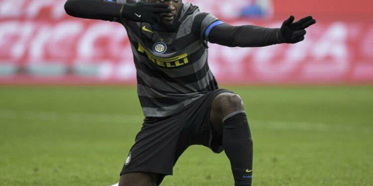 Romelu Lukaku dari Inter Milan merayakan mencetak gol pembuka timnya selama pertandingan sepak bola Serie A antara Inter Milan dan Napoli, di stadion San Siro di Milan, Italia, Rabu, 16 Desember 2020.