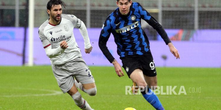 Pemain Inter Alessandro Bastoni (Kanan).