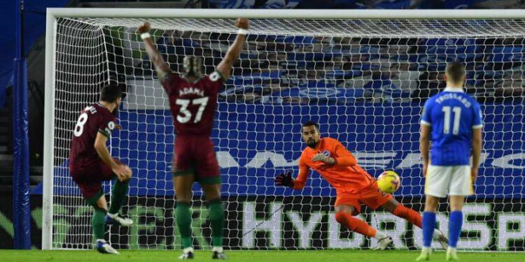 Pemain Wolverhampton Wanderers (Wolves) Ruben Neves (kiri) mencetak gol ke gawang Brighton and Hove Albion lewat titik penalti.