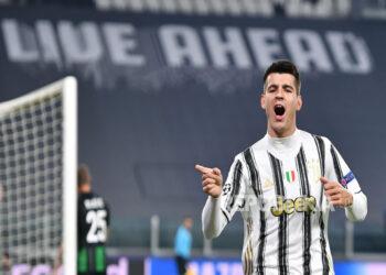Alvaro Morata merayakan setelah mencetak gol kedua timnya selama pertandingan sepak bola grup G Liga Champions UEFA Juventus FC vs Ferencvaros di stadion Allianz di Turin, Italia, 24 November 2020.