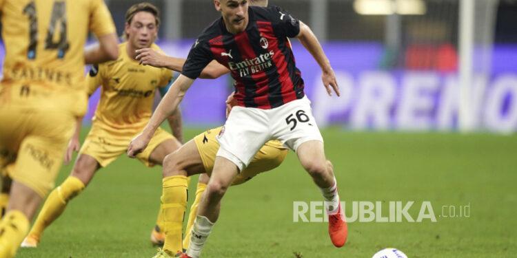 Gelandang AC Milan Alexis Saelemaekers (kanan).