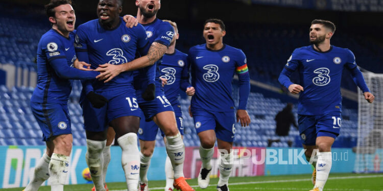 Kurt Zouma dari Chelsea merayakan dengan rekan satu tim setelah mencetak skor 2-1 selama pertandingan sepak bola Liga Premier Inggris antara Chelsea FC dan Leeds United di London, Inggris, 05 Desember 2020.