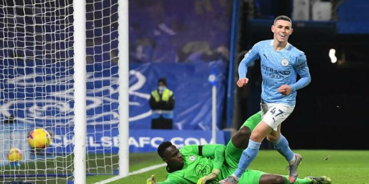Gelandang Manchester City Phil Foden menjebol gawang Chelsea.