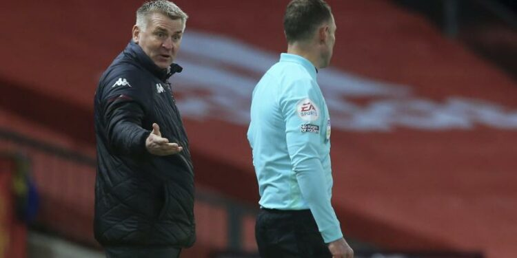 Pelatih kepala Aston Villa Dean Smith, memberi isyarat ke kiri saat dia berbicara kepada asisten wasit selama pertandingan sepak bola Liga Premier Inggris antara Manchester United dan Aston Villa di Old Trafford di Manchester, Inggris, Jumat, 1 Januari 2021.